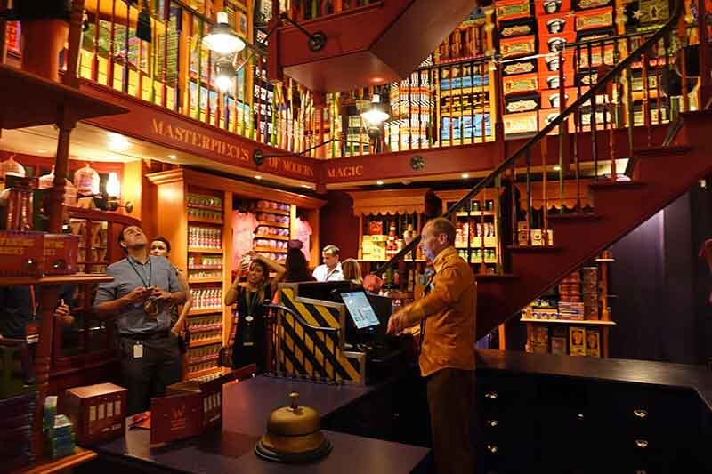 What's Inside the Wizarding World of Harry Potter™ - Diagon Alley™ - Weasley's Wizard Wheezes