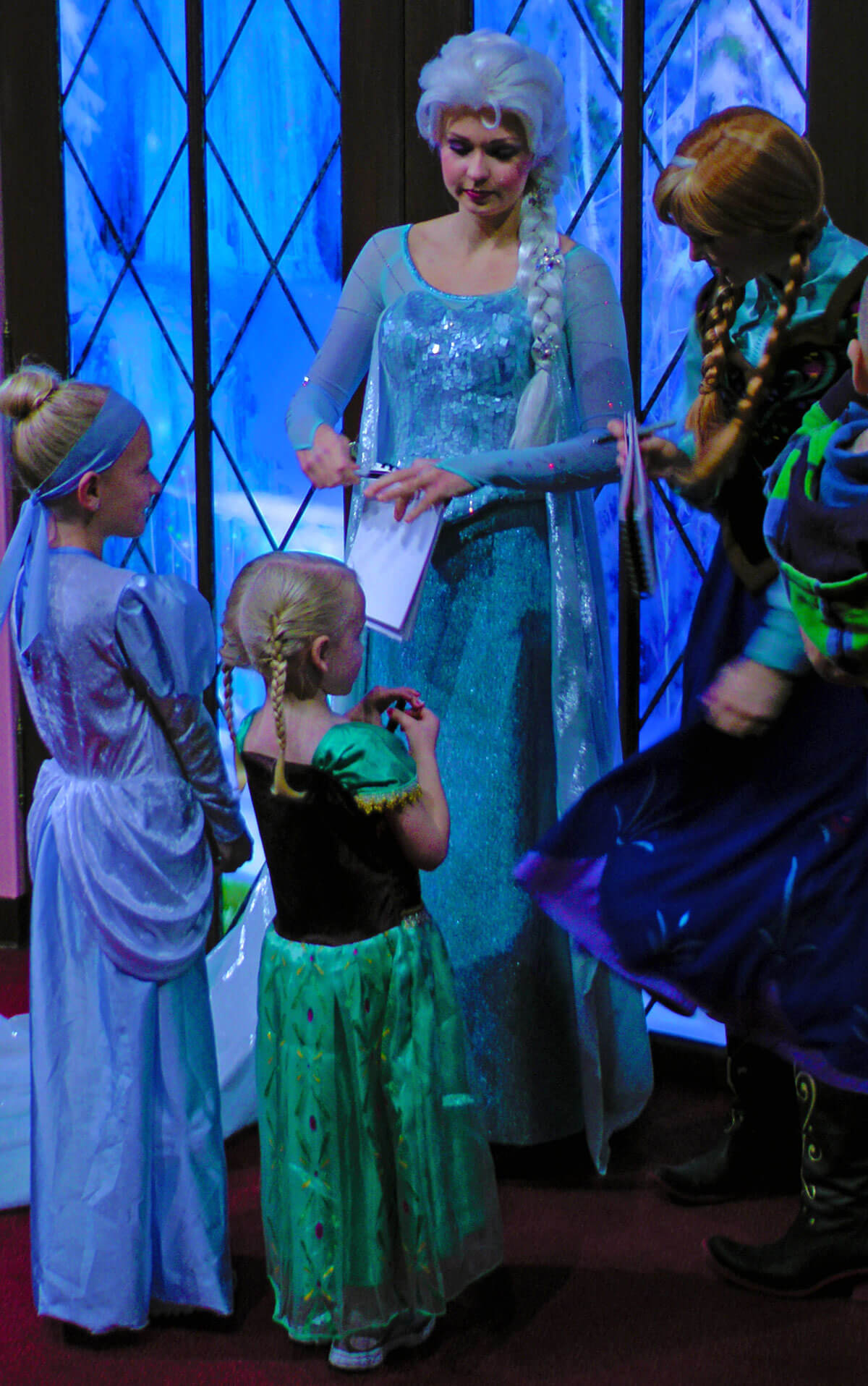 Meet Anna And Elsa At Disneyland Undercover Tourist