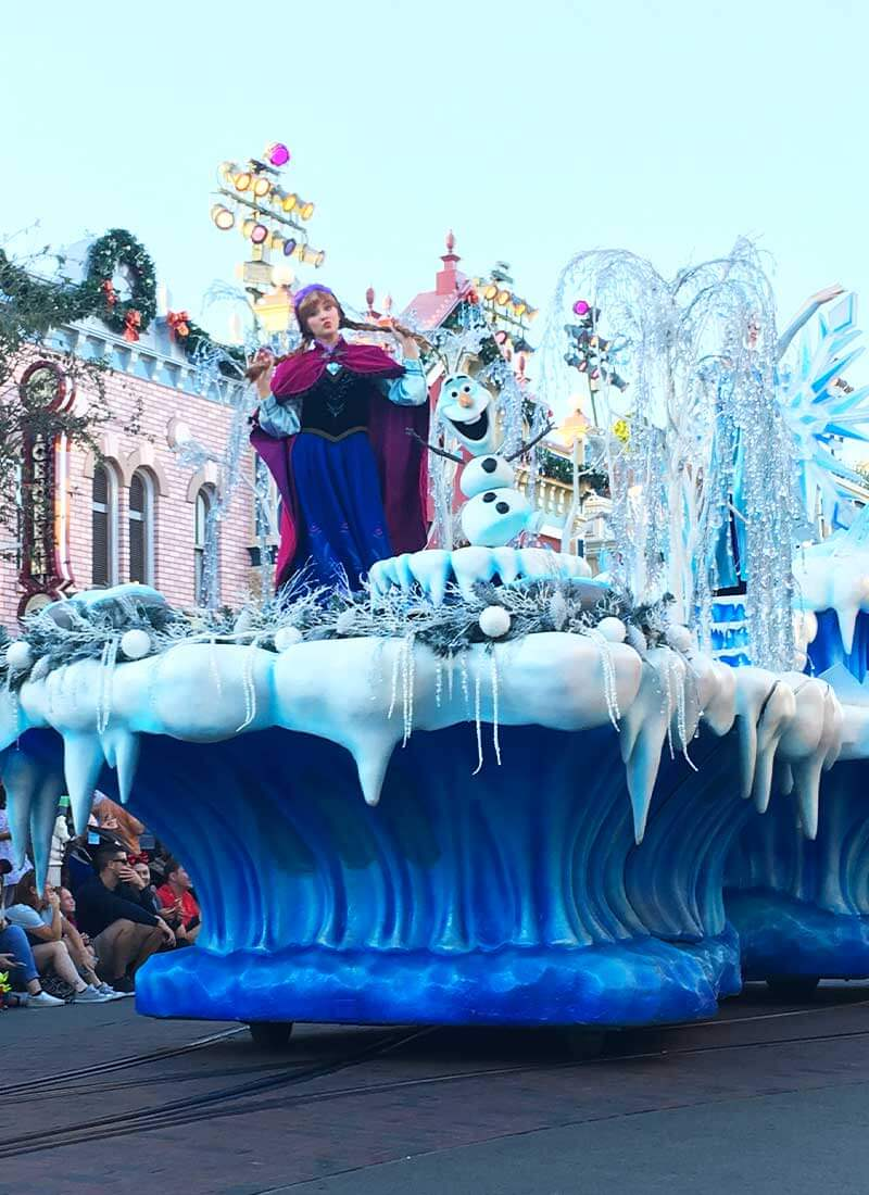 How to Meet Anna & Elsa at Disneyland - Anna in the Holiday Parade