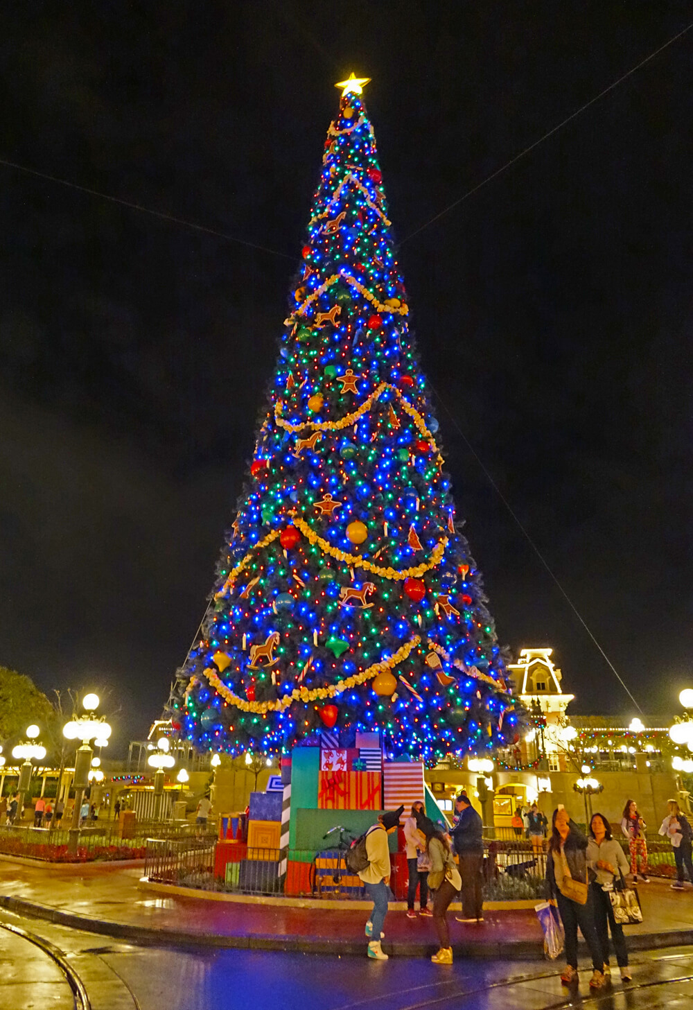 disney world holiday events 2018 magic kingdom tree decorating - When Is Disney World Decorated For Christmas