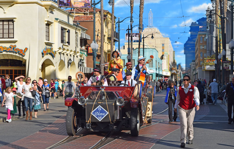 Public Transportation to Disneyland and Universal Studios Hollywood - Disney California Adventure Street Entertainers