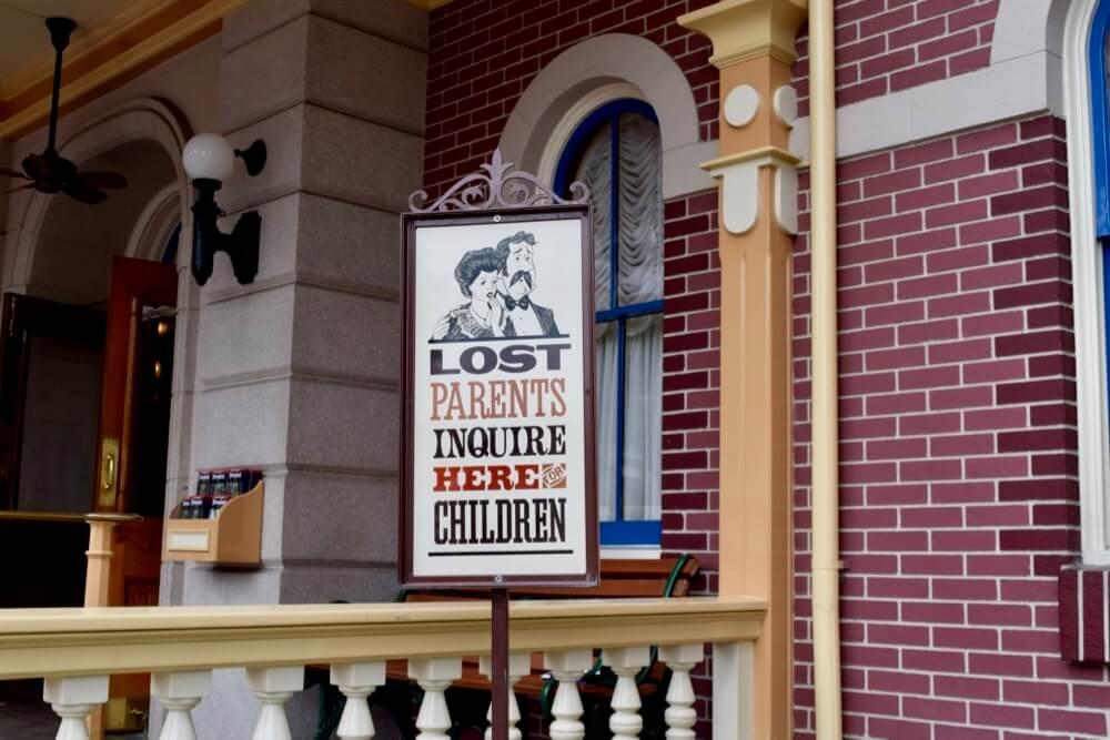 Disneyland at Thanksgiving - Disneyland Lost Parents Sign