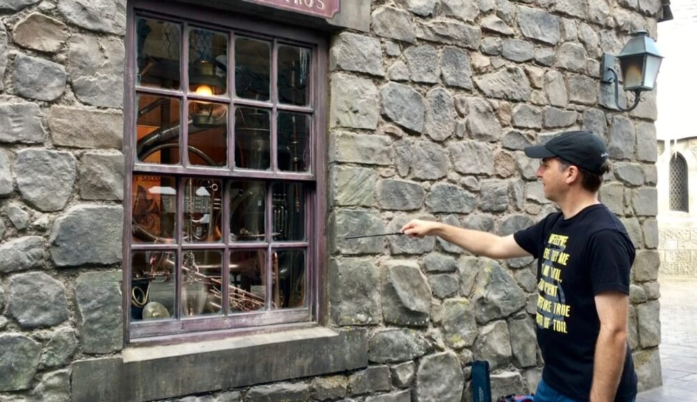 Wizarding World Wands - Using an Interactive Wand at Hogsmeade
