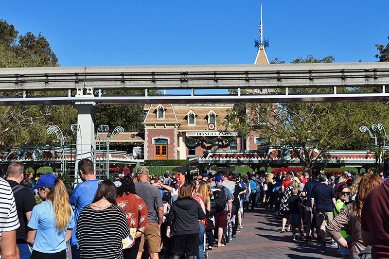 10 Disneyland Holiday Tips - Holiday lines