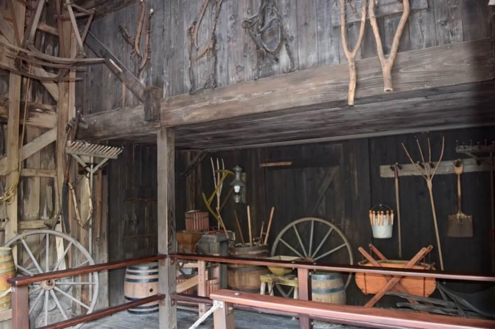 Best Queues at Disneyland - Splash Mountain Barn