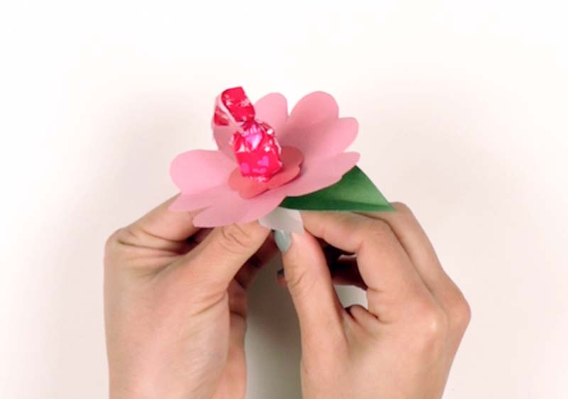 Give Your Valentine a DIY Moana-Inspired Lollipop Flower