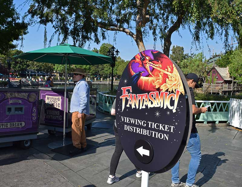 How to Save Money at Disneyland - Use a Show FASTPASS