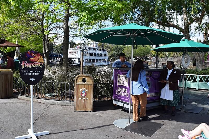 Disneyland Fantasmic FASTPASS Distribution