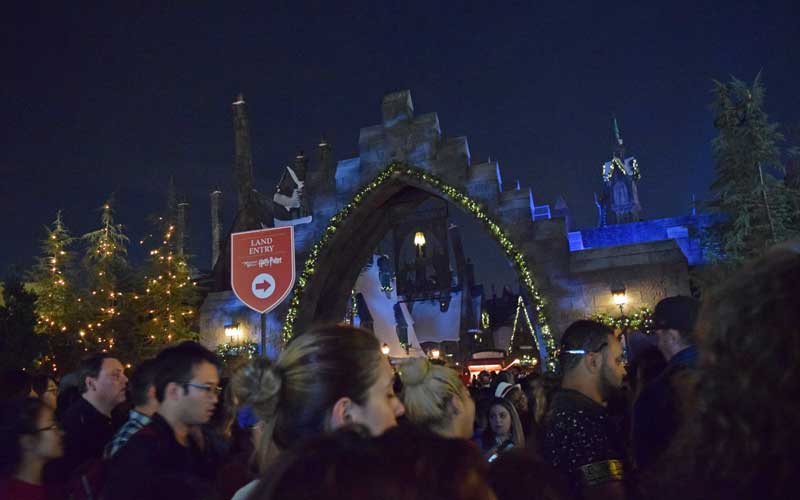 Christmas in the Wizarding World of Harry Potter - Holidays at Universal Studios Hollywood - Crowds