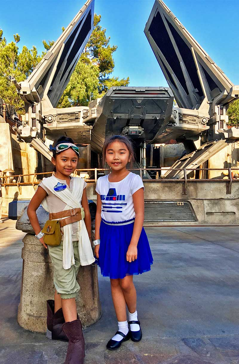 Galactic Guide Star Wars: Galaxy's Edge-kids in costume