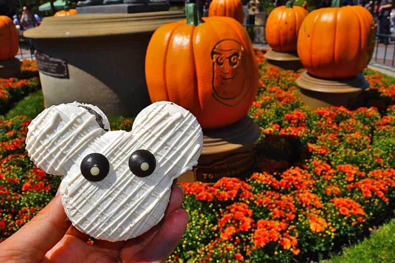 Foodie Guide to Disneyland Halloween Time Treats 2019 - Mummy Macaron