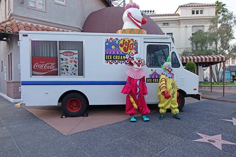 Halloween Horror Nights Orlando - Killer Klowns Photo-Op Outside House