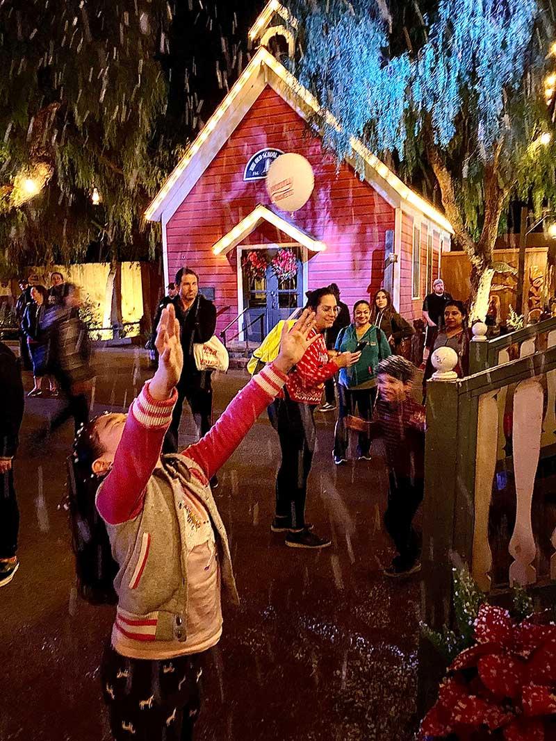 Knott's Merry Farm Snow and Glow